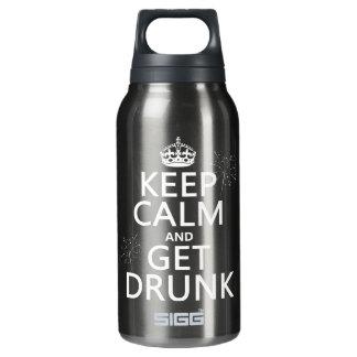 Behalten Sie Ruhe und erhalten Sie betrunken Isolierte Flasche