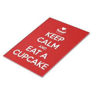 Behalten Sie Ruhe und essen Sie ein Kuchen-Rot Notizblock