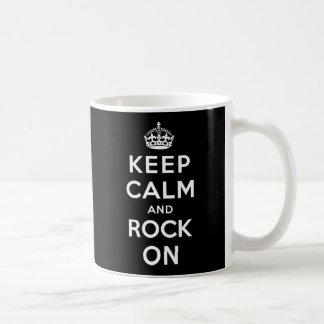 Behalten Sie Ruhe und Felsen an Kaffeetasse