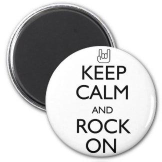 Behalten Sie Ruhe und Felsen an Runder Magnet 5,7 Cm