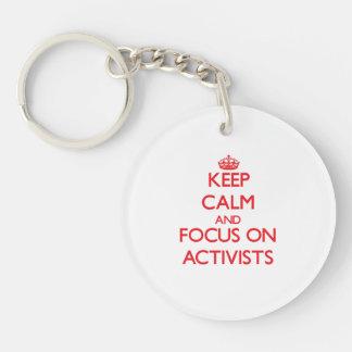 Behalten Sie Ruhe und Fokus auf AKTIVISTEN Einseitiger Runder Acryl Schlüsselanhänger