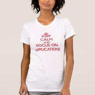 Behalten Sie Ruhe und Fokus auf ANWENDUNGEN T Shirts