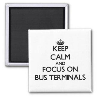 Behalten Sie Ruhe und Fokus auf Autobusstationen