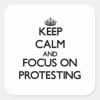 Behalten Sie Ruhe und Fokus auf dem Protest Quadrataufkleber