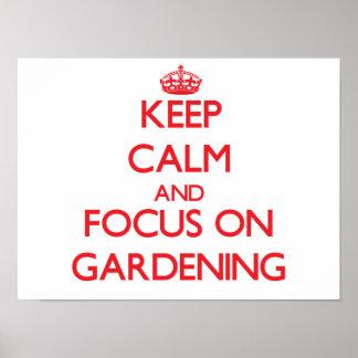 Behalten Sie Ruhe und Fokus auf der Gartenarbeit Plakat