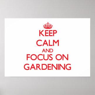 Behalten Sie Ruhe und Fokus auf der Gartenarbeit Plakate