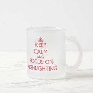 Behalten Sie Ruhe und Fokus auf der Hervorhebung Tasse