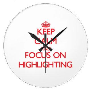 Behalten Sie Ruhe und Fokus auf der Hervorhebung Wanduhr