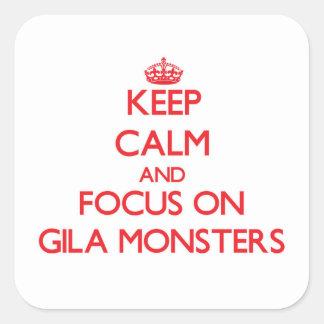 Behalten Sie Ruhe und Fokus auf Gila-Monstern Quadratischer Aufkleber
