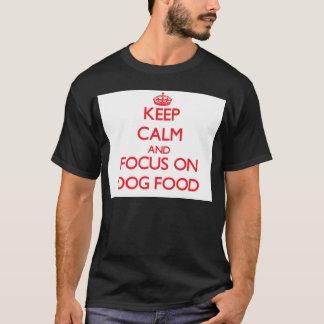 Behalten Sie Ruhe und Fokus auf Hundenahrung T-Shirt