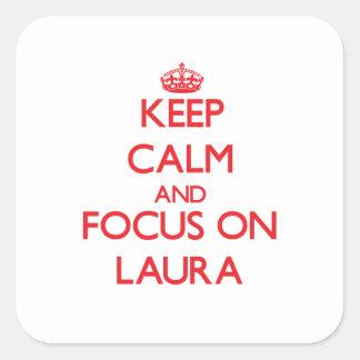 Behalten Sie Ruhe und Fokus auf Laura Quadratischer Aufkleber