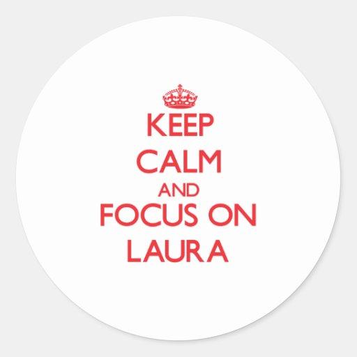 Behalten Sie Ruhe und Fokus auf Laura Runder Sticker