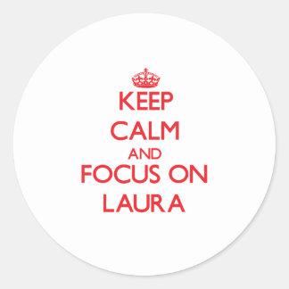 Behalten Sie Ruhe und Fokus auf Laura Runder Aufkleber