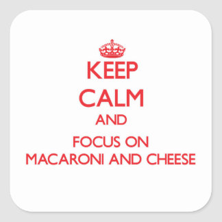 Behalten Sie Ruhe und Fokus auf Makkaroni und Käse Quadratischer Aufkleber