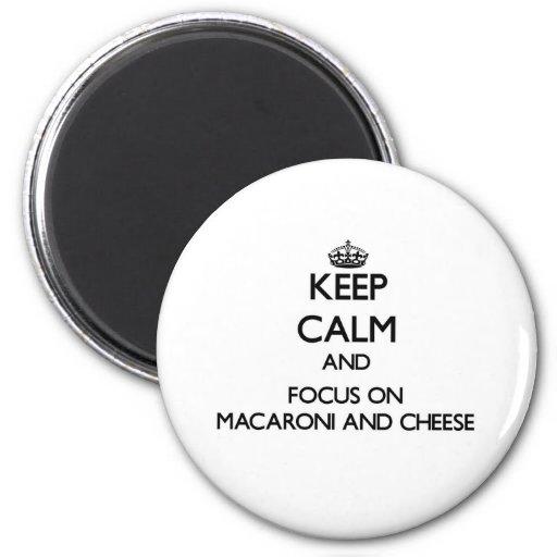 Behalten Sie Ruhe und Fokus auf Makkaroni und Käse Kühlschrankmagnet