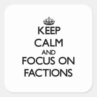 Behalten Sie Ruhe und Fokus auf Parteien Quadrat-Aufkleber