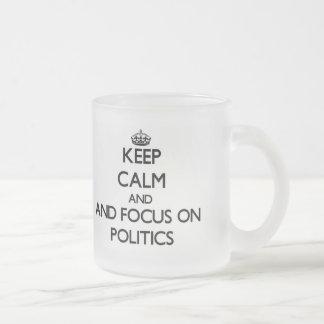 Behalten Sie Ruhe und Fokus auf Politik Tasse