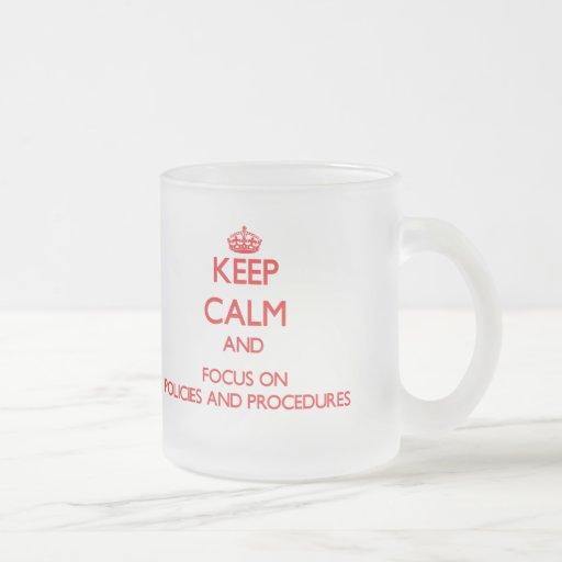 Behalten Sie Ruhe und Fokus auf Politik und Kaffeetasse