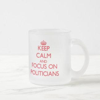Behalten Sie Ruhe und Fokus auf Politikern Teetasse