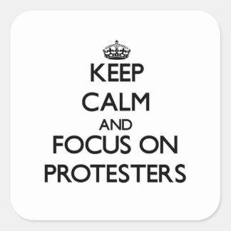 Behalten Sie Ruhe und Fokus auf Protesters
