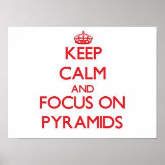 Behalten Sie Ruhe und Fokus auf Pyramiden Poster