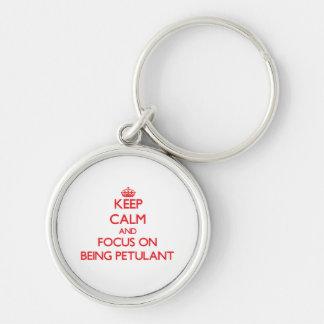 Behalten Sie Ruhe und Fokus auf Sein gereizt Schlüsselanhänger