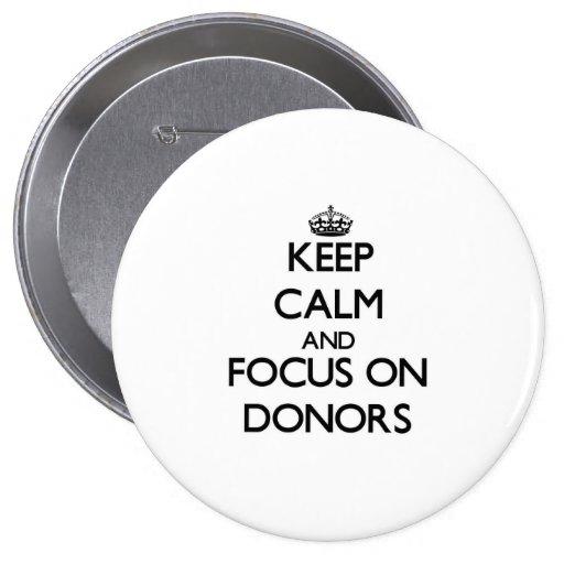 Behalten Sie Ruhe und Fokus auf Spendern Anstecknadelbuttons