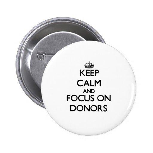 Behalten Sie Ruhe und Fokus auf Spendern Anstecknadel