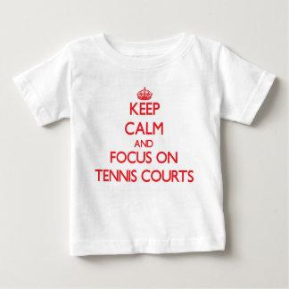 Behalten Sie Ruhe und Fokus auf Tennis-Gerichten Baby T-shirt