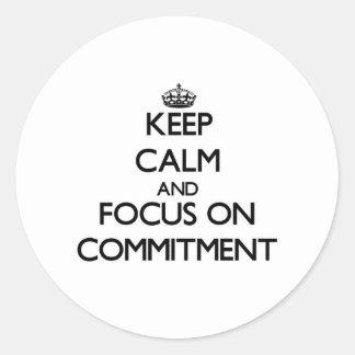Behalten Sie Ruhe und Fokus auf Verpflichtung Runde Aufkleber