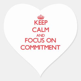 Behalten Sie Ruhe und Fokus auf Verpflichtung Herzaufkleber
