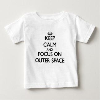 Behalten Sie Ruhe und Fokus auf Weltraum Baby T-shirt