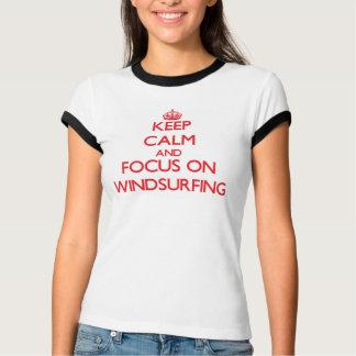 Behalten Sie Ruhe und Fokus auf Windsurfing T-Shirt