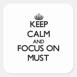 Behalten Sie Ruhe und Fokus muss an Quadrataufkleber