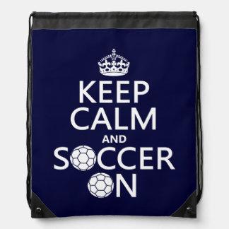Behalten Sie Ruhe und Fußball an Sportbeutel