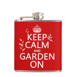 Behalten Sie Ruhe und Garten an - alle Farben Flachmann