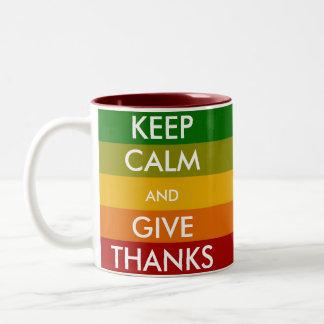BEHALTEN Sie RUHE und GEBEN Sie DANK Zweifarbige Tasse