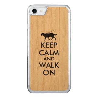 Behalten Sie Ruhe und gehen Sie auf Hund gehendes Carved iPhone 8/7 Hülle