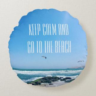 Behalten Sie Ruhe und gehen Sie zum Strand Rundes Kissen