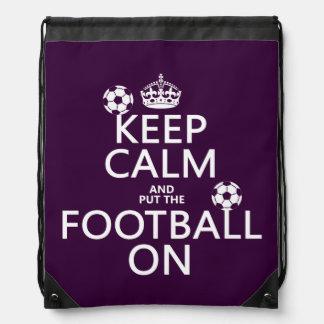 Behalten Sie Ruhe und (gesetztes) Fußball auf Sportbeutel