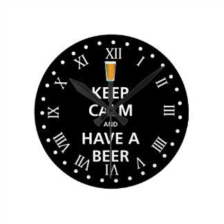 Behalten Sie Ruhe und haben Sie ein Bier Runde Wanduhr