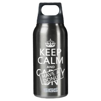 Behalten Sie Ruhe und haben Sie einen Krapfen Isolierte Flasche