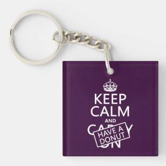 Behalten Sie Ruhe und haben Sie einen Krapfen Schlüsselanhänger