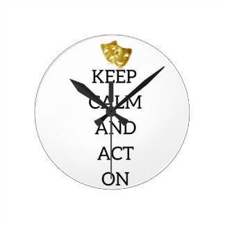 Behalten Sie Ruhe und handeln Sie nach Runde Wanduhr
