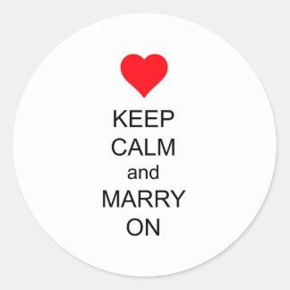 Behalten Sie Ruhe und heiraten Sie auf rotem Runder Aufkleber