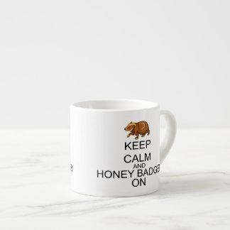 Behalten Sie Ruhe und Honig-Dachs an Espressotasse