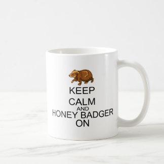 Behalten Sie Ruhe und Honig-Dachs an Kaffeetasse