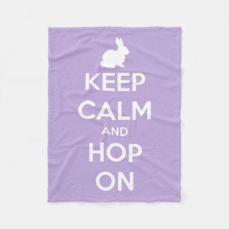 Behalten Sie Ruhe und Hopfen auf Lavendel Fleecedecke