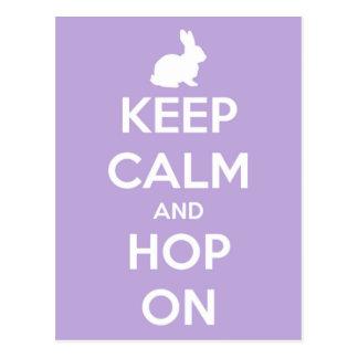 Behalten Sie Ruhe und Hopfen auf Lavendel und Weiß Postkarte