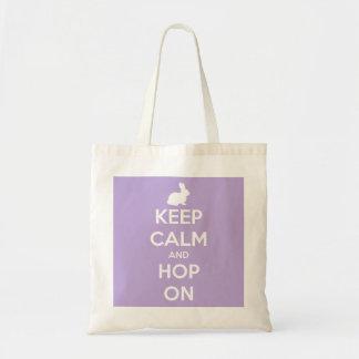 Behalten Sie Ruhe und Hopfen auf Lavendel und Weiß Tragetasche